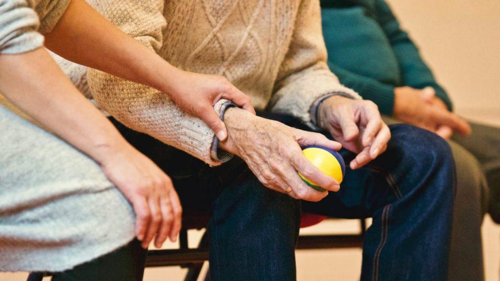 Dienstleistungen auf Meenzerpflege.de Bild Seniorenbetreuung Ballspiel